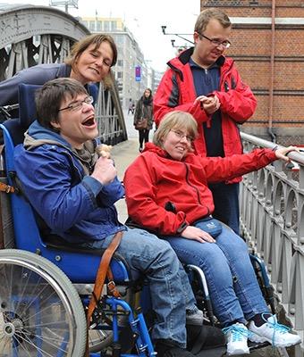 Eine Gruppe Menschen ist unterwegs in Hamburgs Speicherstadt.