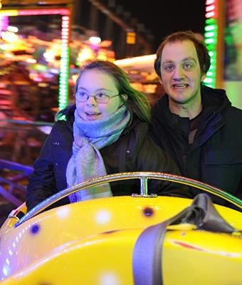 Ein Mädchen und ein Junge fahren zusammen Achterbahn auf dem Hamburger Dom.