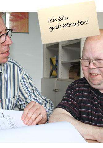 """Ein Mann erhält Einblick in Akten, während ein rechtlicher Betreuer erklärt, was dort geschrieben steht. Auf einem Zettel oben im Bild steht: """"Ich bin gut beraten"""""""